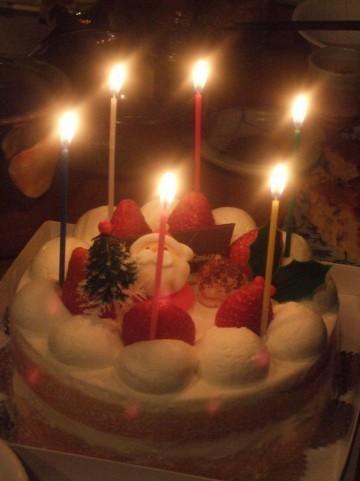 クリスマスケーキにイチゴを乗せるバイト